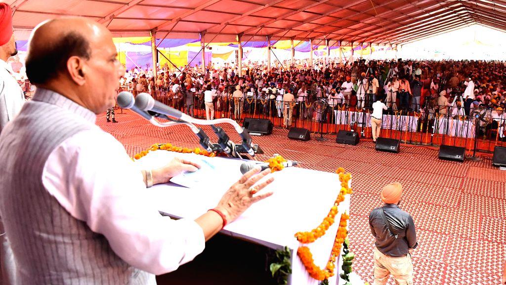 Fatehgarh Sahib: Union Home Minister Rajnath Singh addresses at the Commemoration Ceremony of the 300th Martyrdom Day of Baba Banda Singh Bahadur, at Sri Fatehgarh Sahib, in Punjab on June 26, 2016. - Rajnath Singh and Banda Singh Bahadur