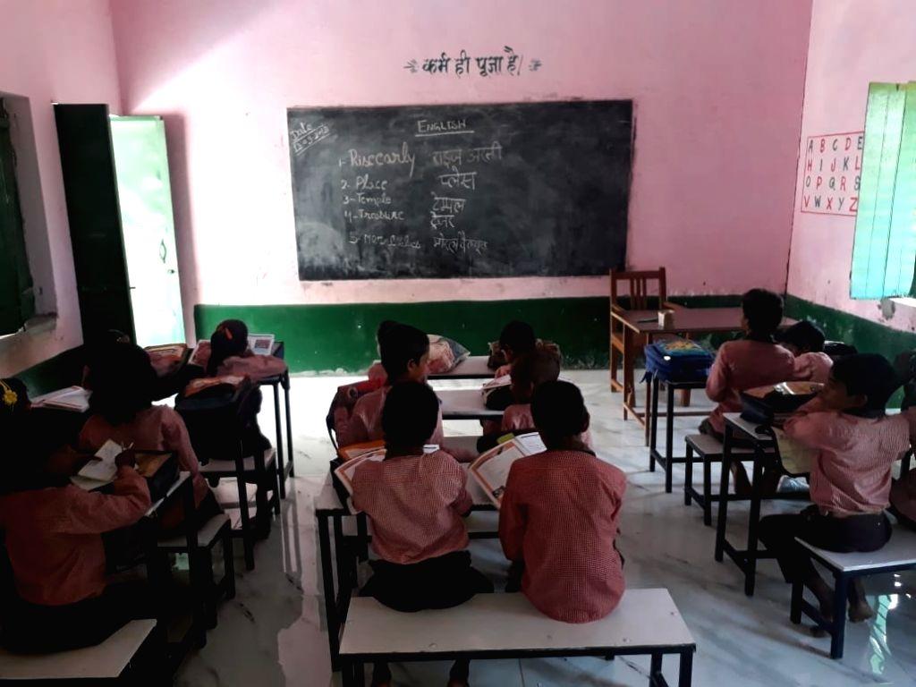 Fatehpur: Students at Arjunpur Primary School in Fatehpur of Uttar Pradesh. (Photo: IANS)
