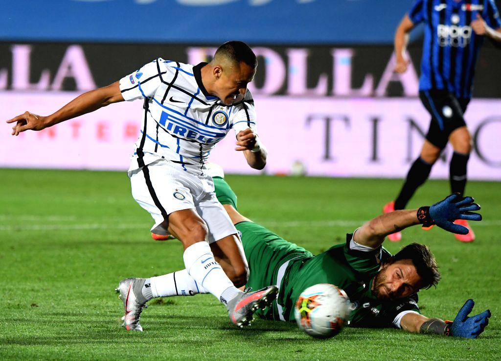 FC Inter's Alexis Sanchez (L) shoots against Atalanta's goalkeeper Marco Sportiello during a Serie A football match between Atalanta and FC Inter in Bergamo, Italy, ...