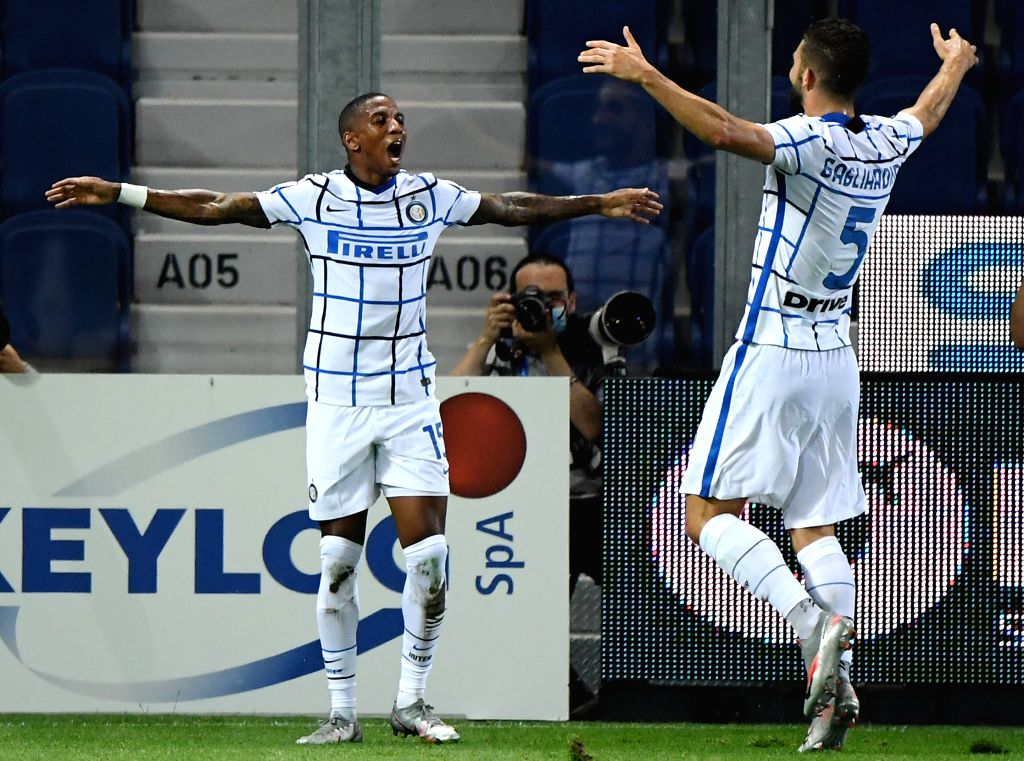 FC Inter's Ashely Young (L) celebrates his goal during a Serie A football match between Atalanta and FC Inter in Bergamo, Italy, Aug. 1, 2020.