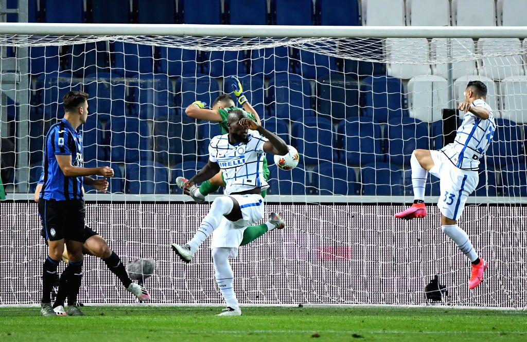 FC Inter's Danilo D'Ambrosio (1st R) scores his goal during a Serie A football match between Atalanta and FC Inter in Bergamo, Italy, Aug. 1, 2020.