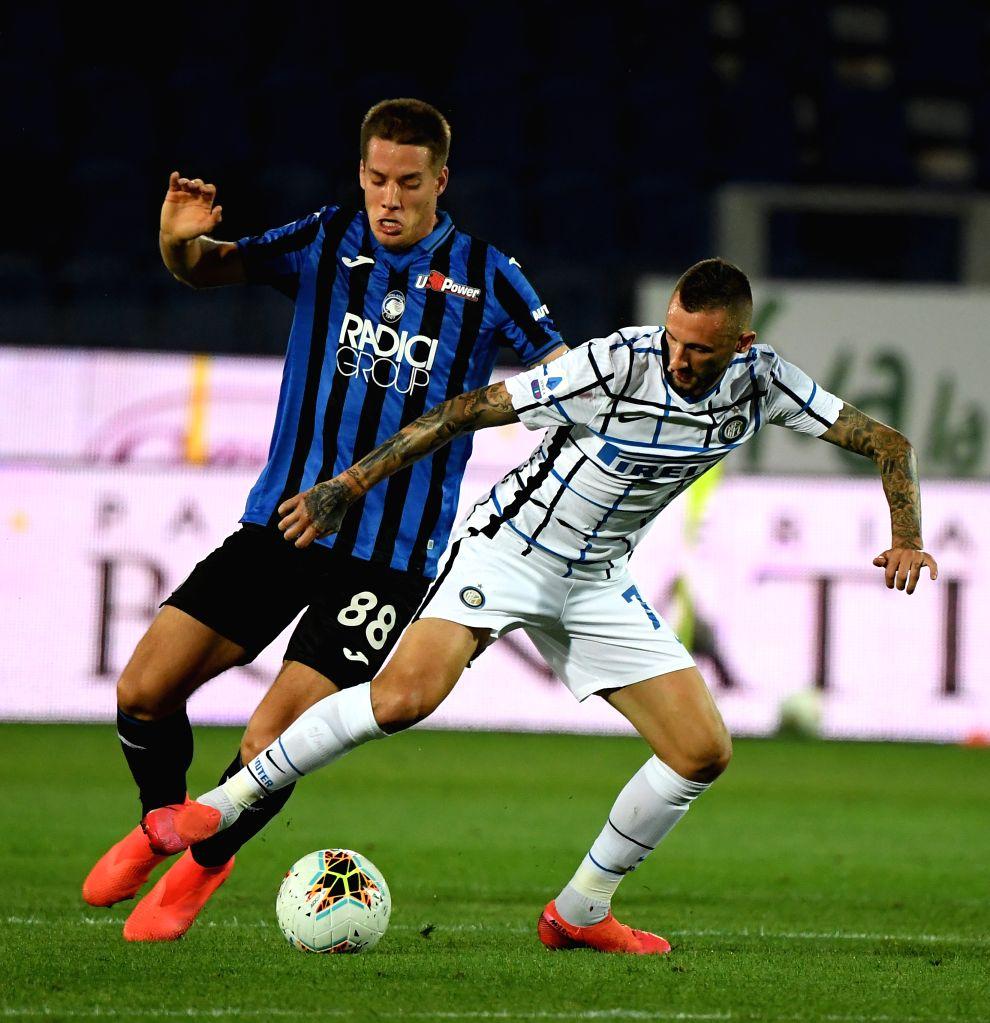 FC Inter's  Marcelo Brozovic (R) vies with Atalanta's Mario Pasalic during a Serie A football match between Atalanta and FC Inter in Bergamo, Italy, Aug. 1, 2020.