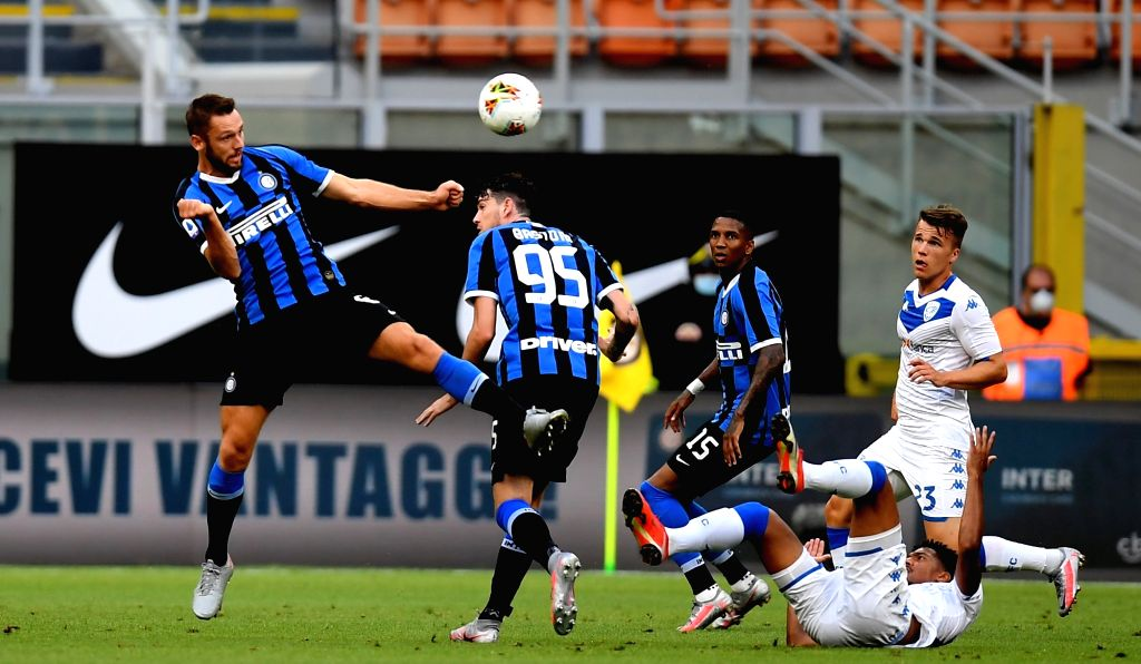 FC Inter's Stefan De Vrij (1st L) competes during a Serie A football match between FC Inter and Brescia in Milan, Italy, July 1, 2020.