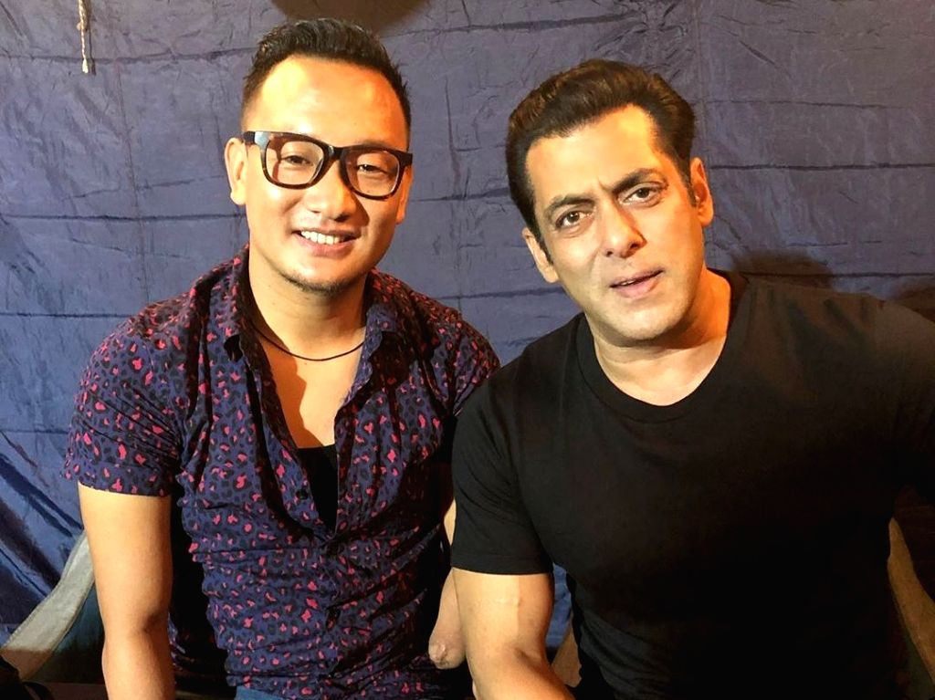 Few in Bollywood know how to entertain fans as Salman Khan does. Lately, the superstar has bene revealing his quirky side on social media. From sharing fitness anecdotes to giving a sneak peek into his family life, Salman has been actively providing  - Salman Khan and Kishore Kumar
