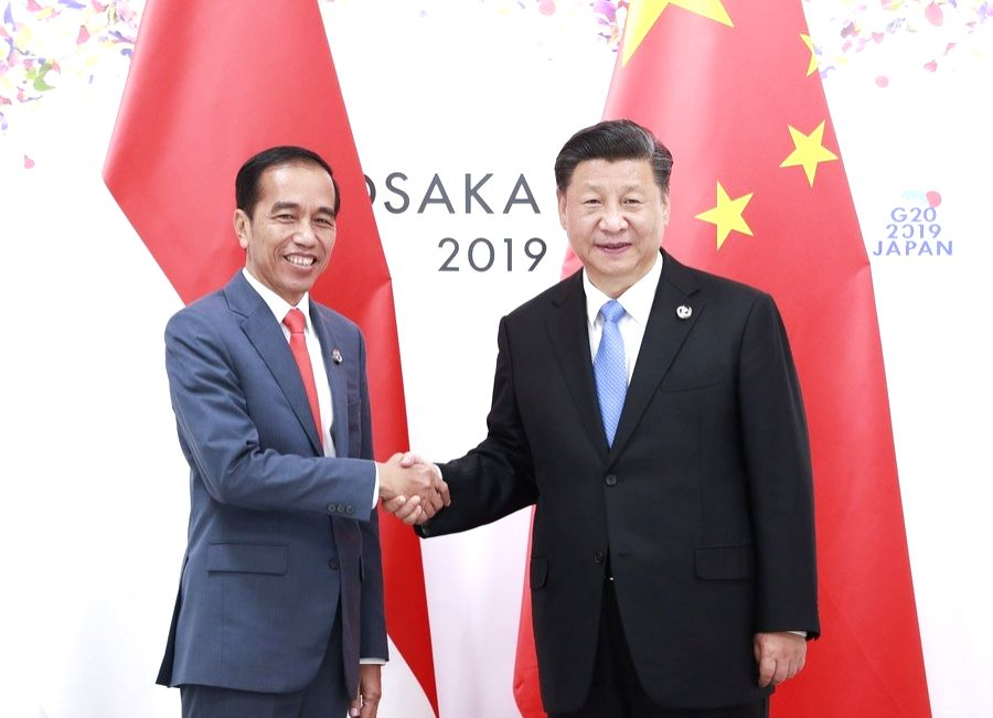 File photo shows Chinese President Xi Jinping (R) meeting with his Indonesian counterpart Joko Widodo in Osaka, Japan, June 28, 2019.