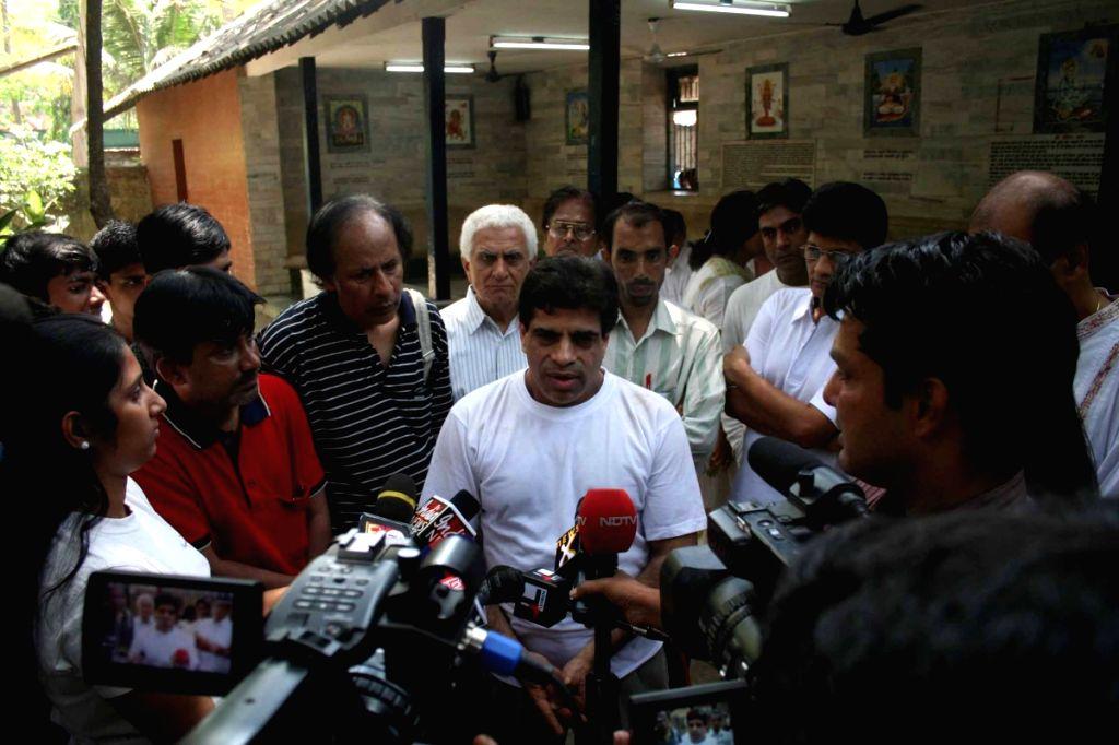 Film fraternity showing condolences to veteran film-maker Shakti Samanta who passed away at his residence in Mumbai Thursday following a prolonged illness.