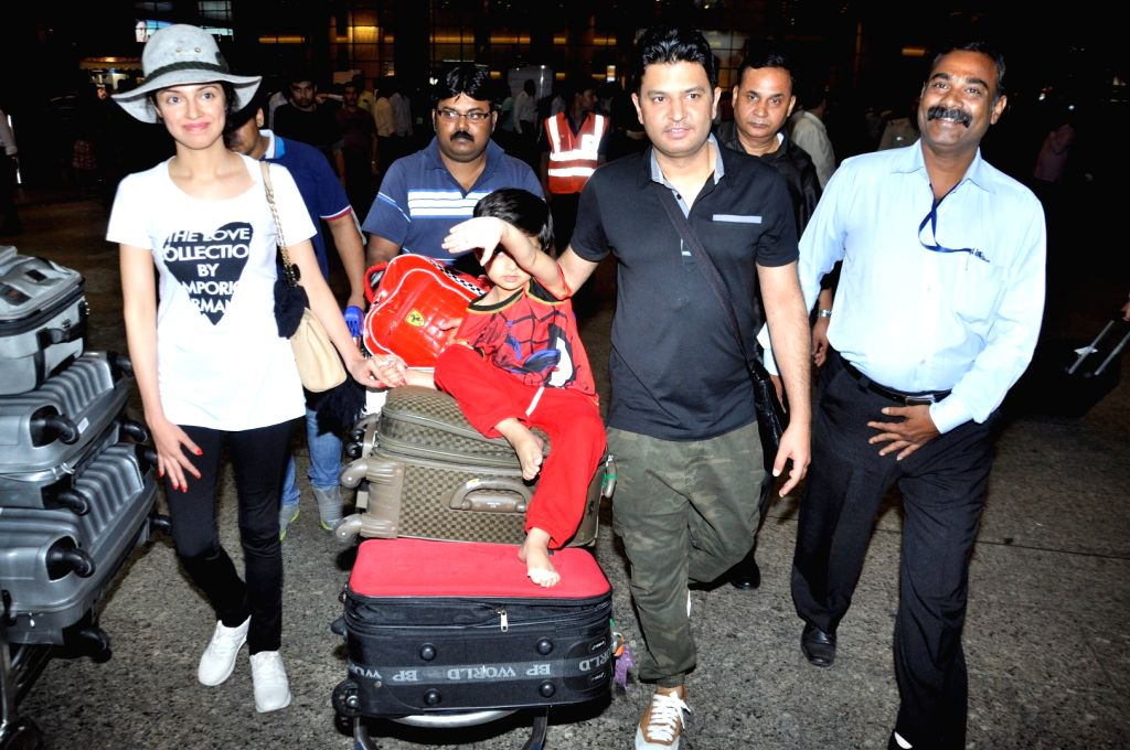 Filmmaker Bhushan Kumar with his wife and filmmaker Divya Khosla Kumar and their son at the Chhatrapati Shivaji International Airport, in Mumbai, on June 27, 2016. Actor arrived after ... - Bhushan Kumar and Divya Khosla Kumar