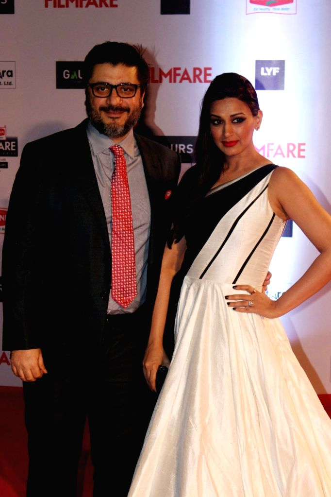 Filmmaker Goldie Behl with his wife and actor Sonali Bendre during the 61st Britannia Filmfare Awards in Mumbai on January 15, 2016. - Goldie Behl