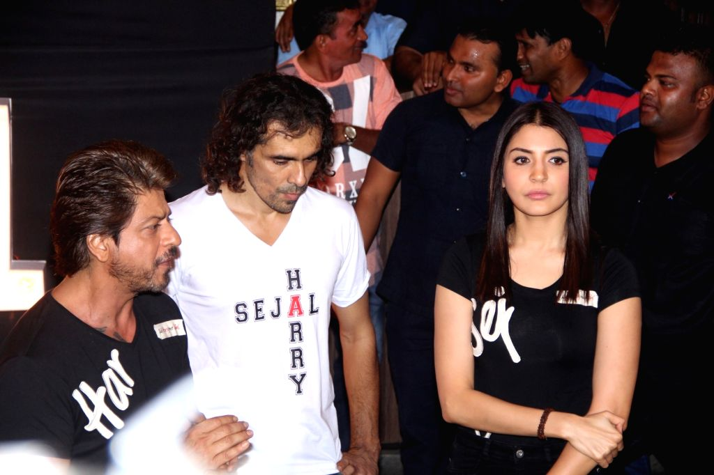 "Filmmaker Imtiaz Ali with actors Shah Rukh Khan and Anushka Sharma at the preview of ""Beech Beech Mein"" a song from their upcoming film ""Jab Harry Met Sejal"" in Mumbai, on ... - Imtiaz Ali, Shah Rukh Khan and Anushka Sharma"