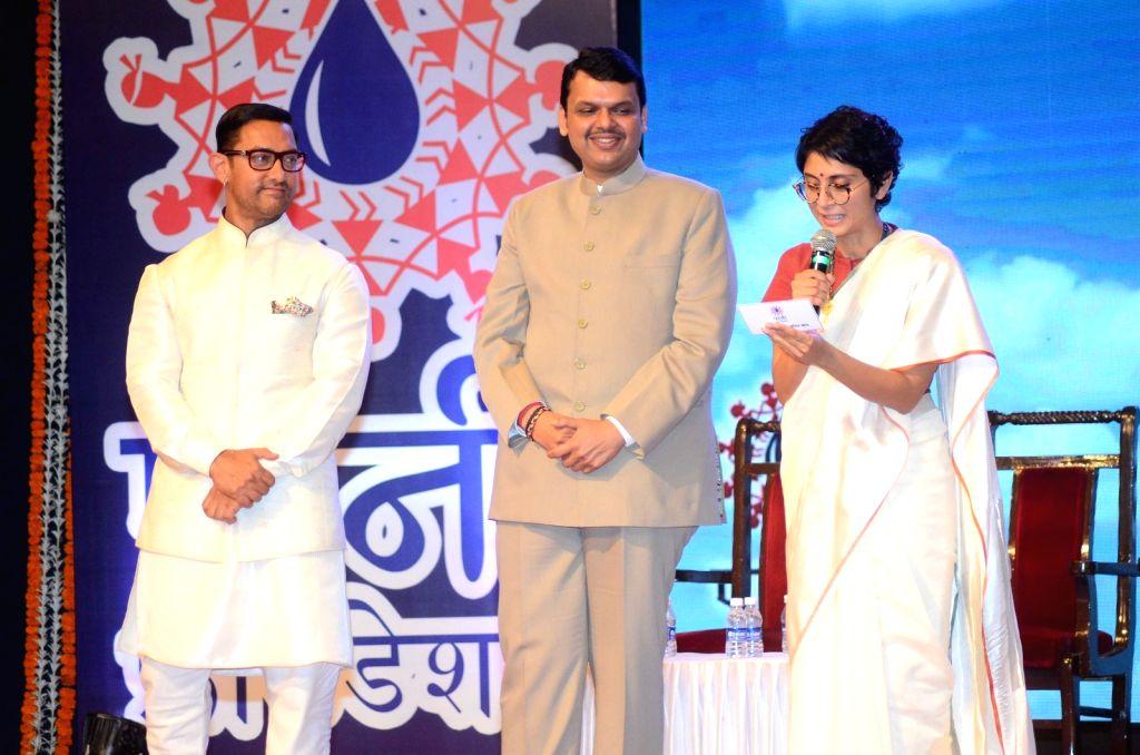 Filmmaker Kiran Rao, Maharashtra Chief Minister Devendra Fadnavis and actor Aamir Khan and during The Satyamev Jayate Water Cup Awards 2016, in Mumbai, on Aug 15, 2016. - Kiran Rao and Aamir Khan