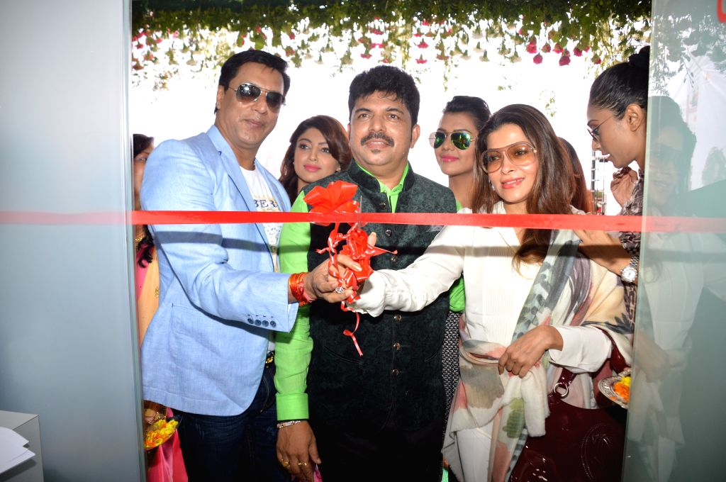 Filmmaker Madhur Bhandarkar, Shiva and producer Sangeeta Ahir along with calendar girls during the opening of a new outlet of Shiva`s Salon in Mumbai.