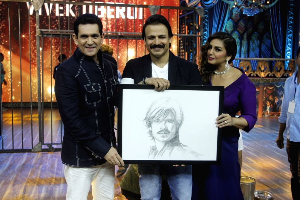 Filmmaker Omung Kumar along with actress Huma Qureshi, gifts a sketch to actor Vivek Oberoi during his birthday celebrations on the sets of Television reality show India's Best Dramebaaz, in ... - Omung Kumar