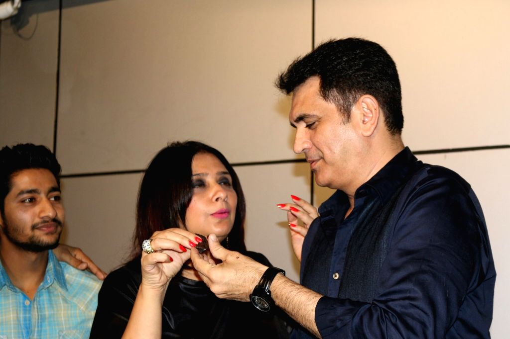 Filmmaker Omung Kumar and his wife Vanita Omung Kumar during filmmaker Omung Kumar birthday party in Mumbai on Oct. 9, 2016. - Vanita Omung Kumar