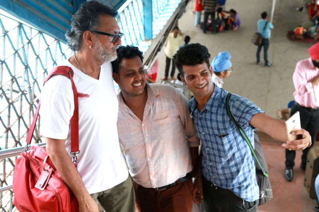 "Filmmaker Rakeysh Omprakash Mehra arives at the New Delhi Railway Station along with the starcast of his upcoming film ""Mere Pyaare Prime Minister"" on June 29, 2017. - Rakeysh Omprakash Mehra"