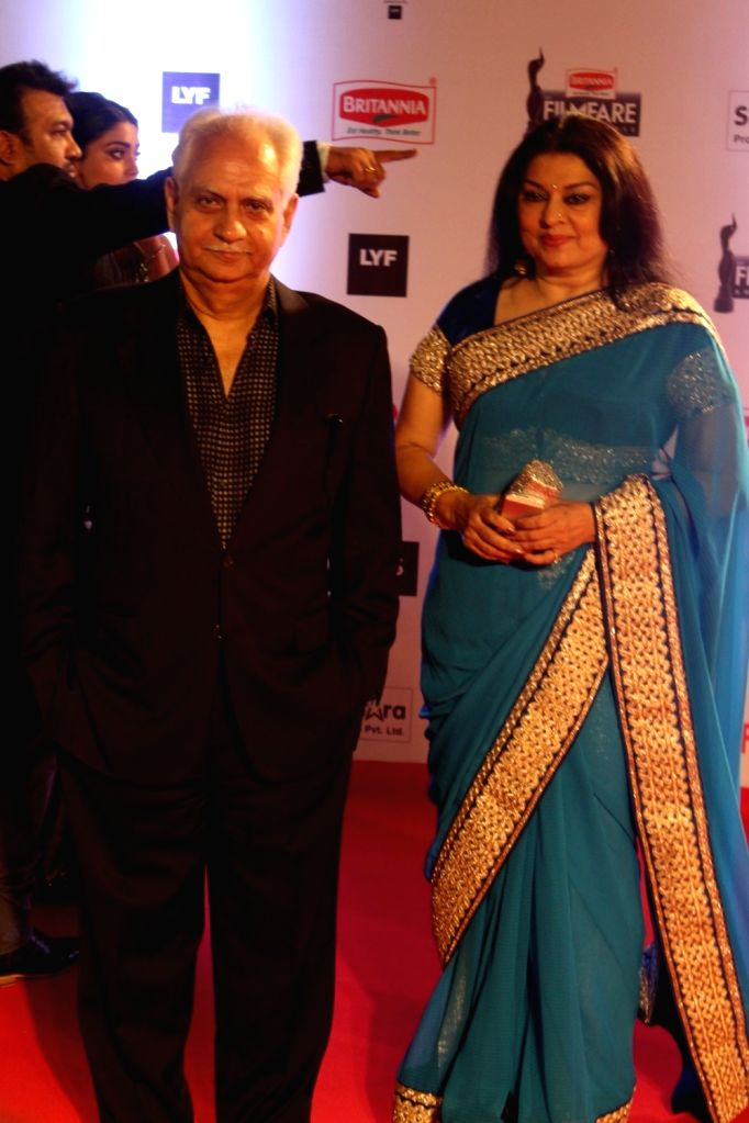Filmmaker Ramesh Sippy with wife Kiran Juneja Sippy during the 61st Britannia Filmfare Awards in Mumbai on January 15, 2016. - Ramesh Sippy