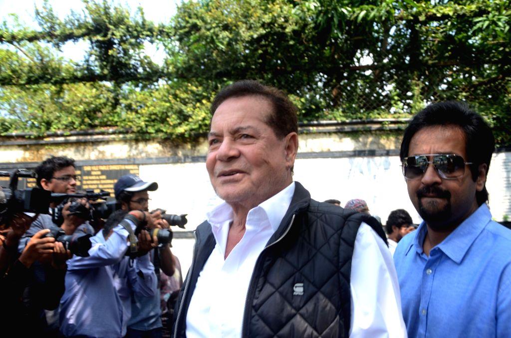 Filmmaker Salim Khan during the funeral of Shilpa Shetty's father Surendra Shetty in Mumbai, on Oct 12, 2016. - Salim Khan, Shilpa Shetty and Surendra Shetty