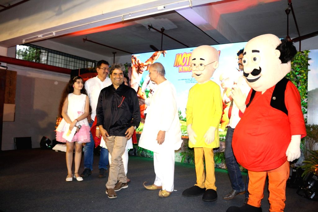 Filmmakers Vishal Bhardwaj and Gulzar with school children during the music launch of 3D animation film Motu Patlu King Of Kings, in Mumbai, on Oct 4, 2016. - Vishal Bhardwaj and Gulzar