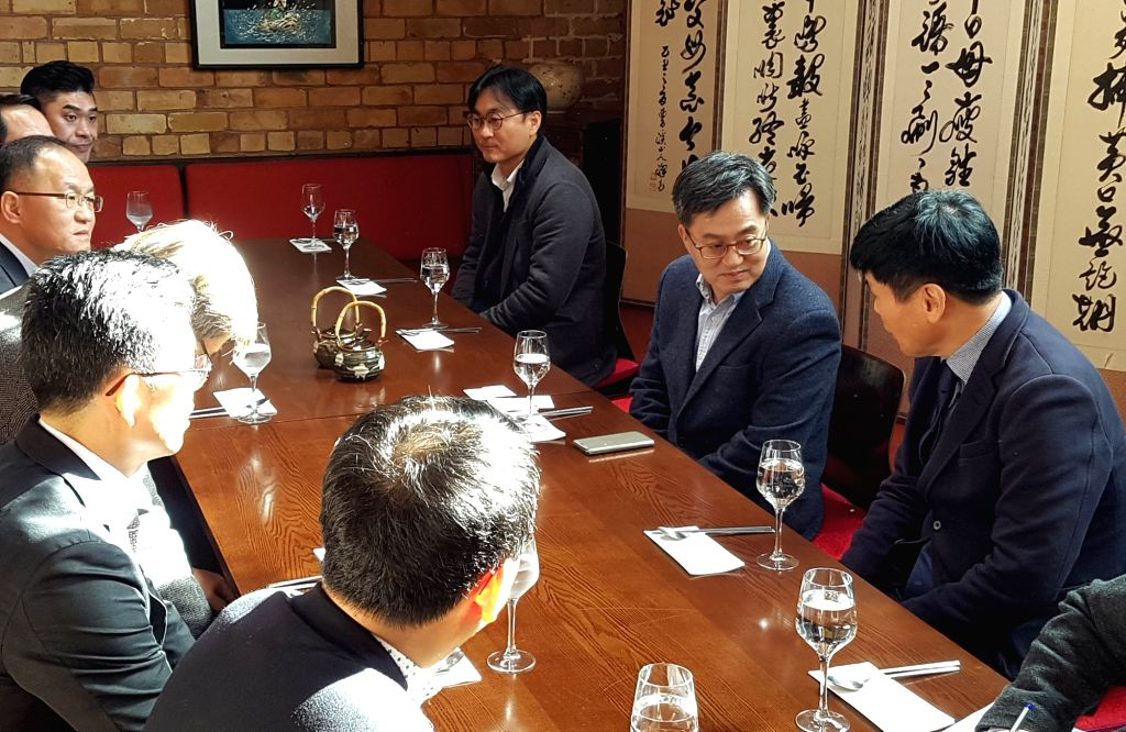 Finance Minister Kim Dong-yeon (2nd from R) meets with Korean businesspeople operating in New Zealand at an event in Auckland on July 20, 2018, in this photo courtesy of the ministry. - Kim Dong
