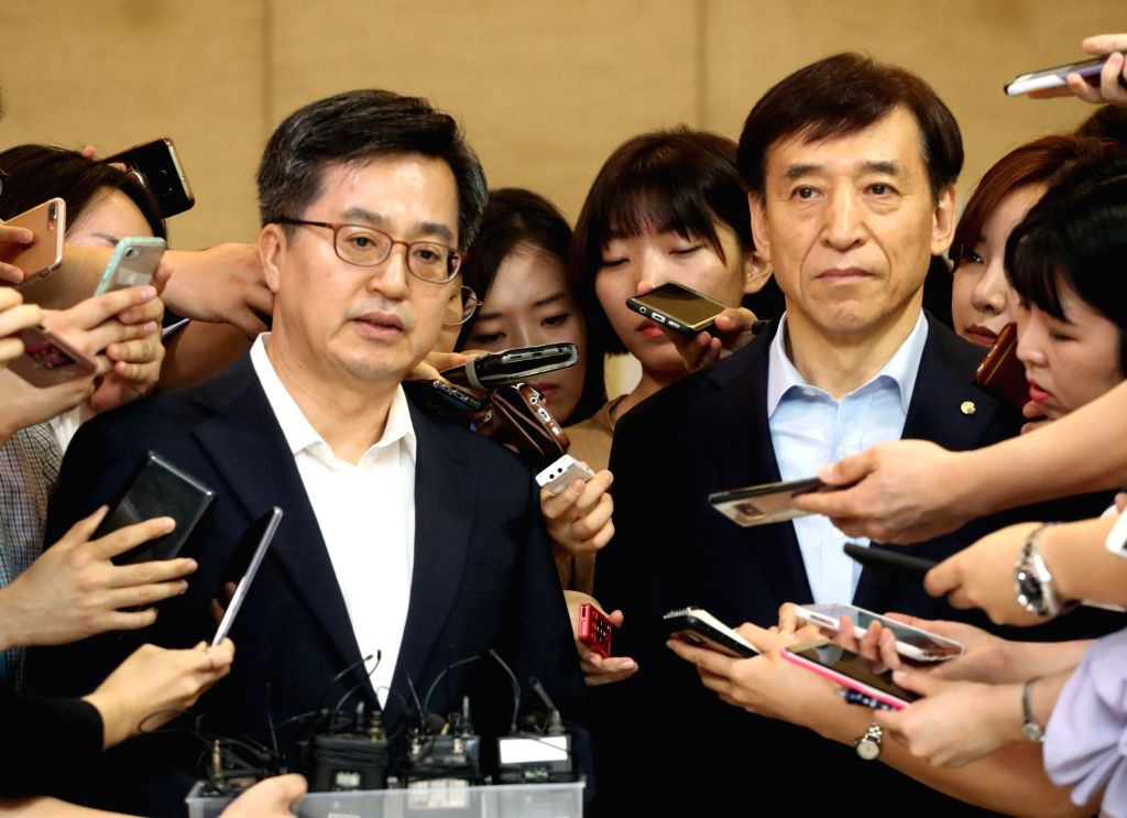 Finance Minister Kim Dong-yeon (L) speaks to reporters after his breakfast meeting with Bank of Korea Gov. Lee Ju-yeol (R) in Seoul on July 16, 2018. Kim expressed concerns over the ... - Kim Dong