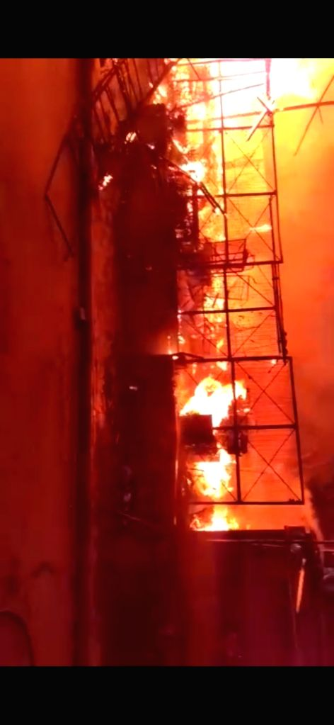 Fire breaks out at the vegetable market, no casualties reported.