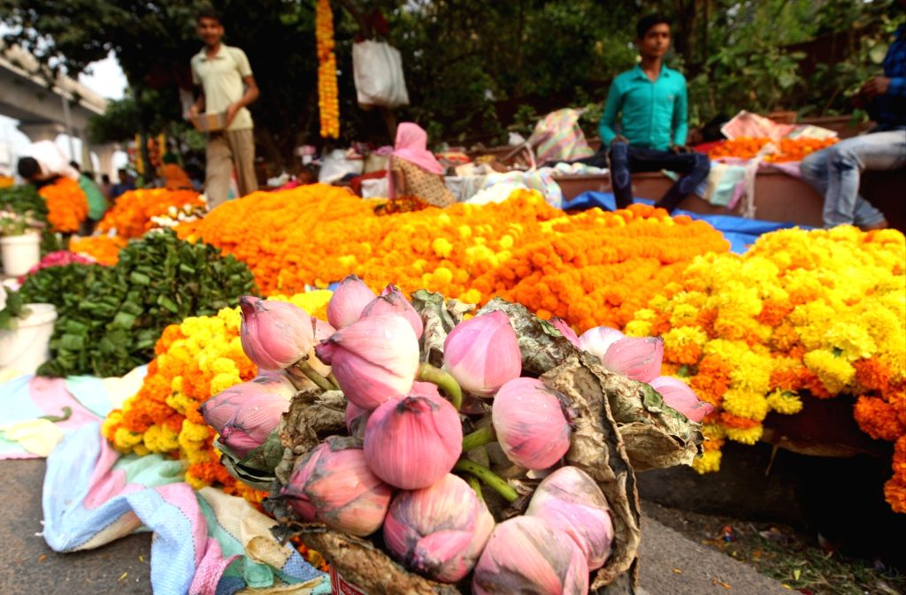 Flowers being sold on the eve of Diwali, in New Delhi on Oct 26, 2019.