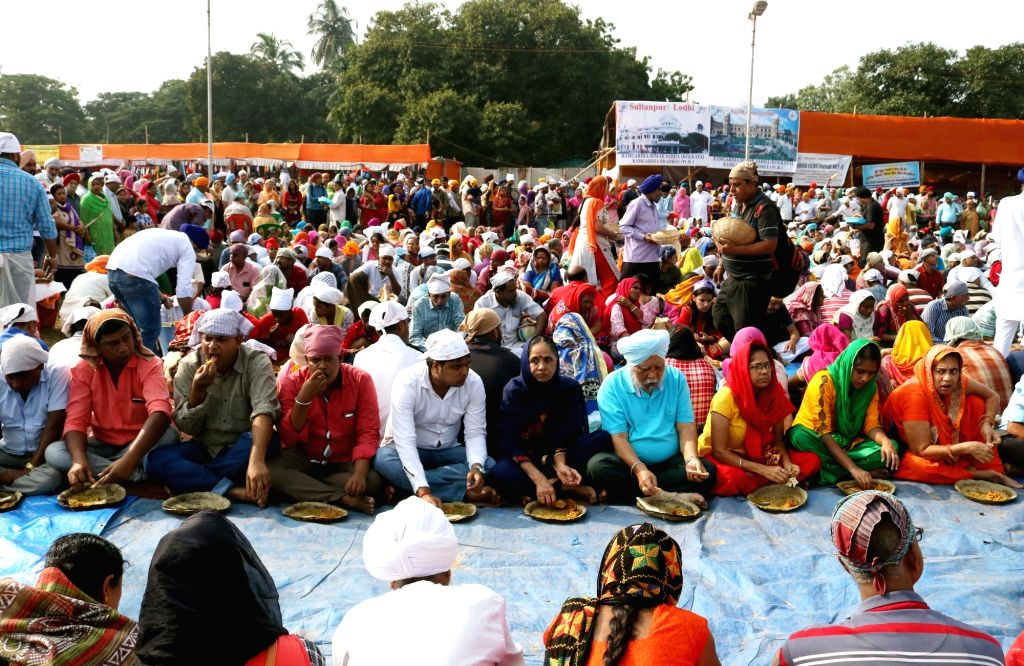 Food being distributed among people during a 'Langar' organised to mark the 550th birth anniversary celebrations of Kolkata, on Nov 12, 2019.