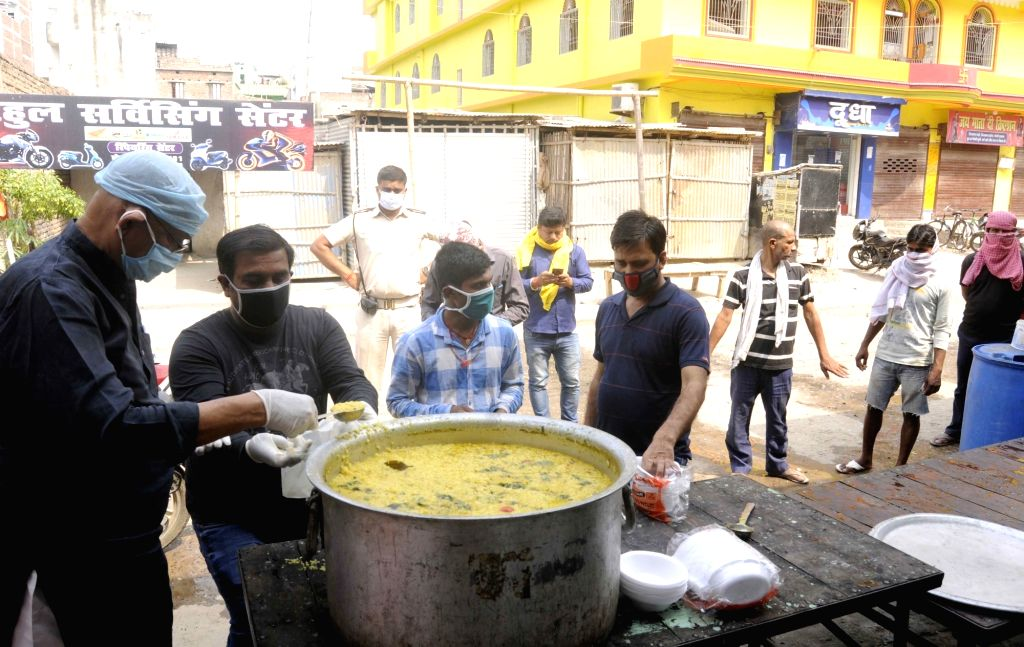 Food being distributed among the poor, needy and homeless people in Patna during the extended nationwide lockdown imposed to mitigate the spread of coronavirus; on Apr 25, 2020.