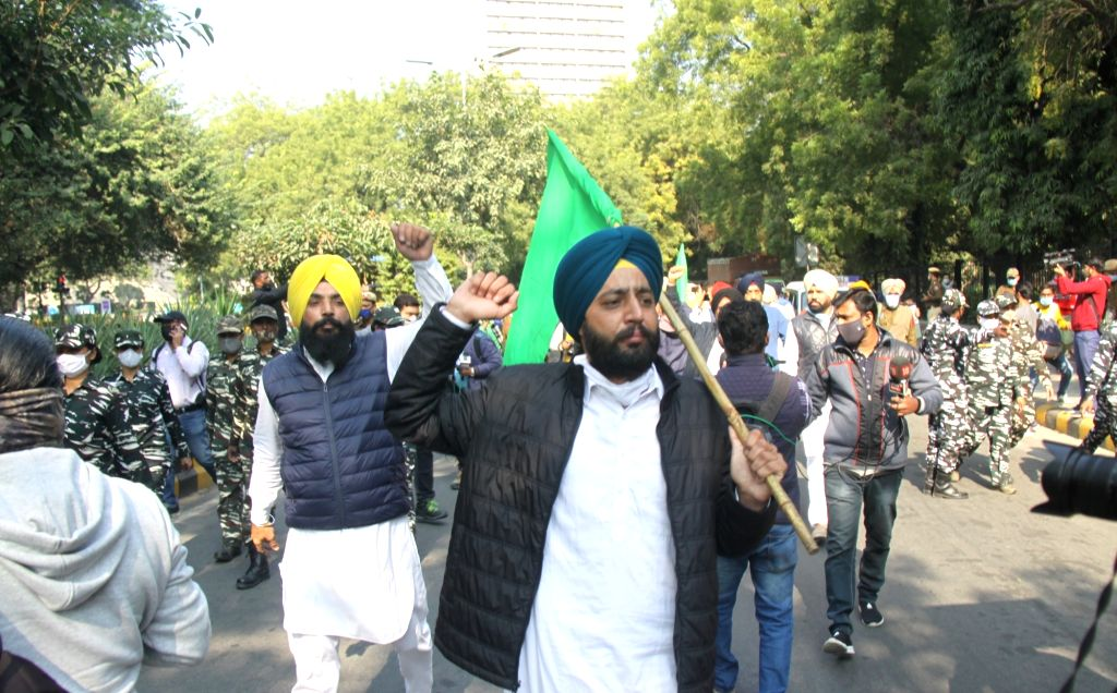 Former AAP MLA and farmers protest against the new Farm Laws at Jantar Mantar in New Delhi on Nov 26, 2020.