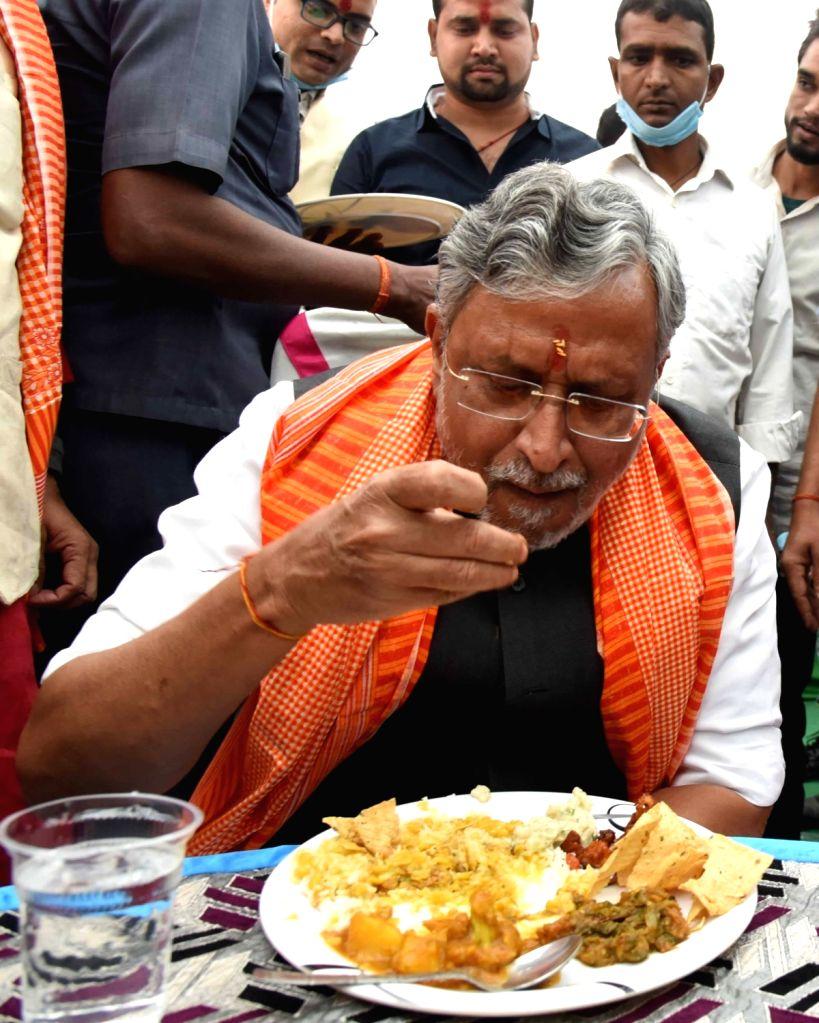Former Bihar Deputy Chief Minister Sushil Kumar Modi consumes 'prasad' after performing Chitragupta puja at Gardanibagh in Patna on Nov 16, 2020. - Sushil Kumar Modi