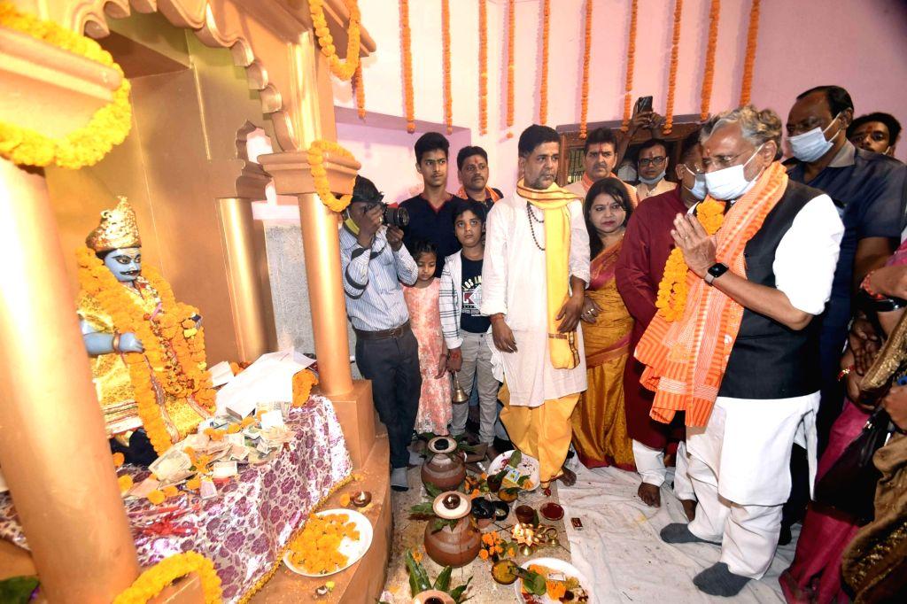 Former Bihar Deputy Chief Minister Sushil Kumar Modi performs Chitragupta puja at Gardanibagh in Patna on Nov 16, 2020. - Sushil Kumar Modi