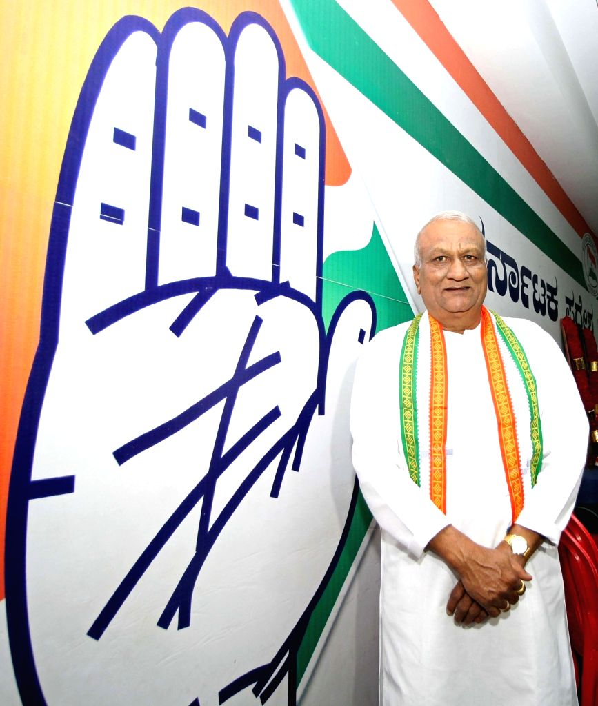 Former BJP MLA Raju Kage joins Congress at the party office in Bengaluru on Nov 14, 2019.