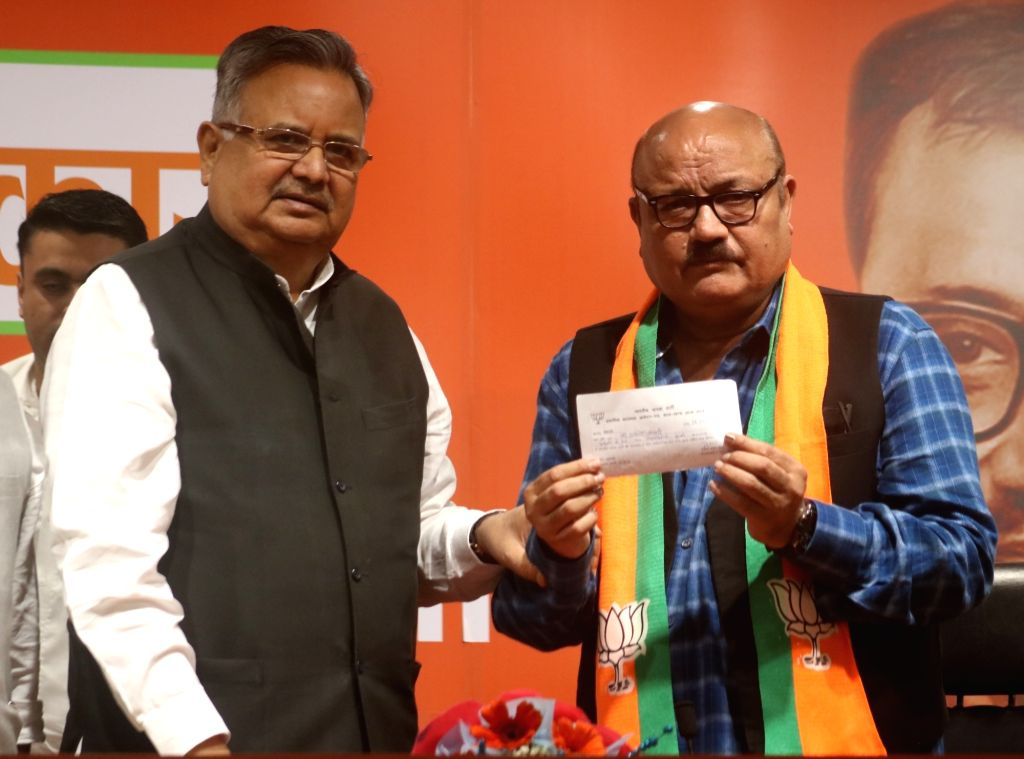 Former Chhattisgarh Chief Minister and BJP leader Raman Singh welcomes actor Arun Bakshi into the party, at the party's headquarter, in New Delhi on May 11, 2019. - Arun Bakshi and Raman Singh