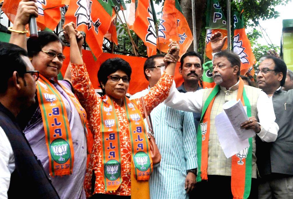 Former CISF commandant and Arjuna awardee, Chhaya Adak joins BJP in presence of BJP leader Mukul Roy in Kolkata on March 4, 2019. - Mukul Roy