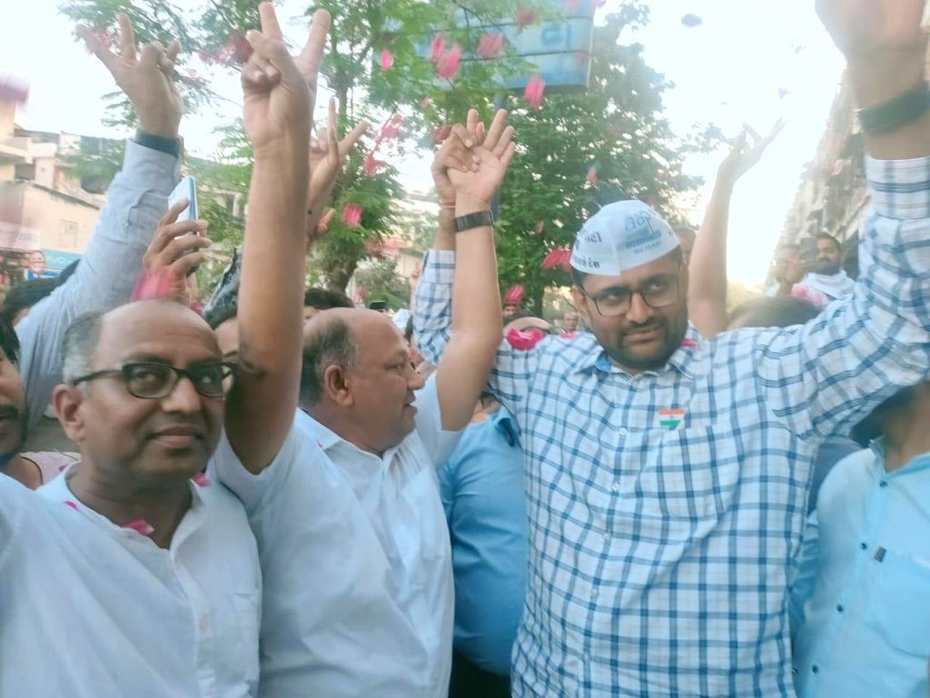 Former Congress Corporator Dines Kachhadiya after losing in Surat, joins the AAP