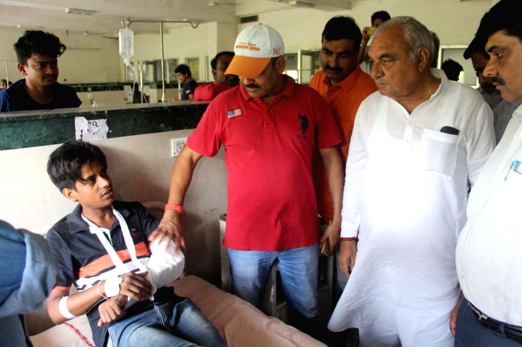 Former Haryana Chief Minister Bhupinder Singh Hooda meets the vicitms who were injured after police lathi charge them while they were protesting outside Ryan International School over death ... - Bhupinder Singh Hooda