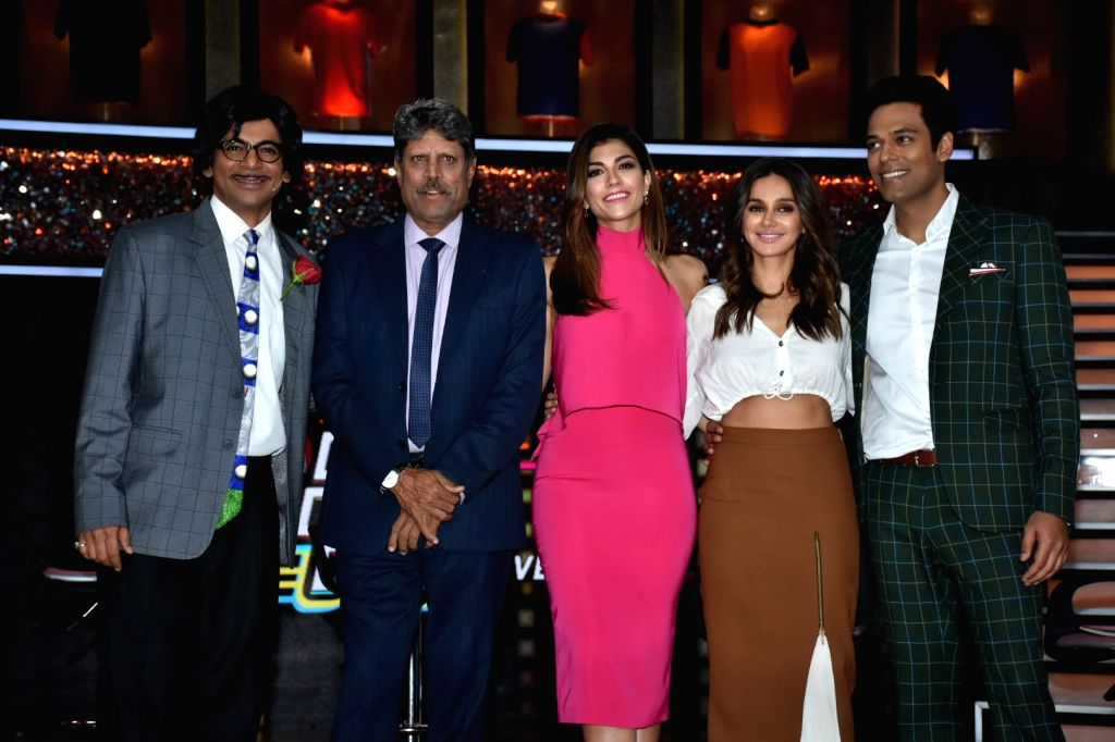 "Former India skipper Kapil Dev, sports anchors Archana Vijaya, Samir Kochhar, actress-host Shibani Dandekar and actor Sunil Grover at the launch of cricket and comedy show ""Dhan Dhana ... - Sunil Grover and Kapil Dev"