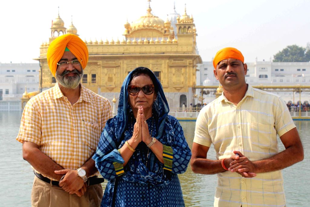 Former Indian women's volleyball team captain Nirmal Kaur and wife of Milkha Singh pays obeisance at the Golden Temple in Amritsar, on Oct 3, 2017. - Nirmal Kaur and Milkha Singh