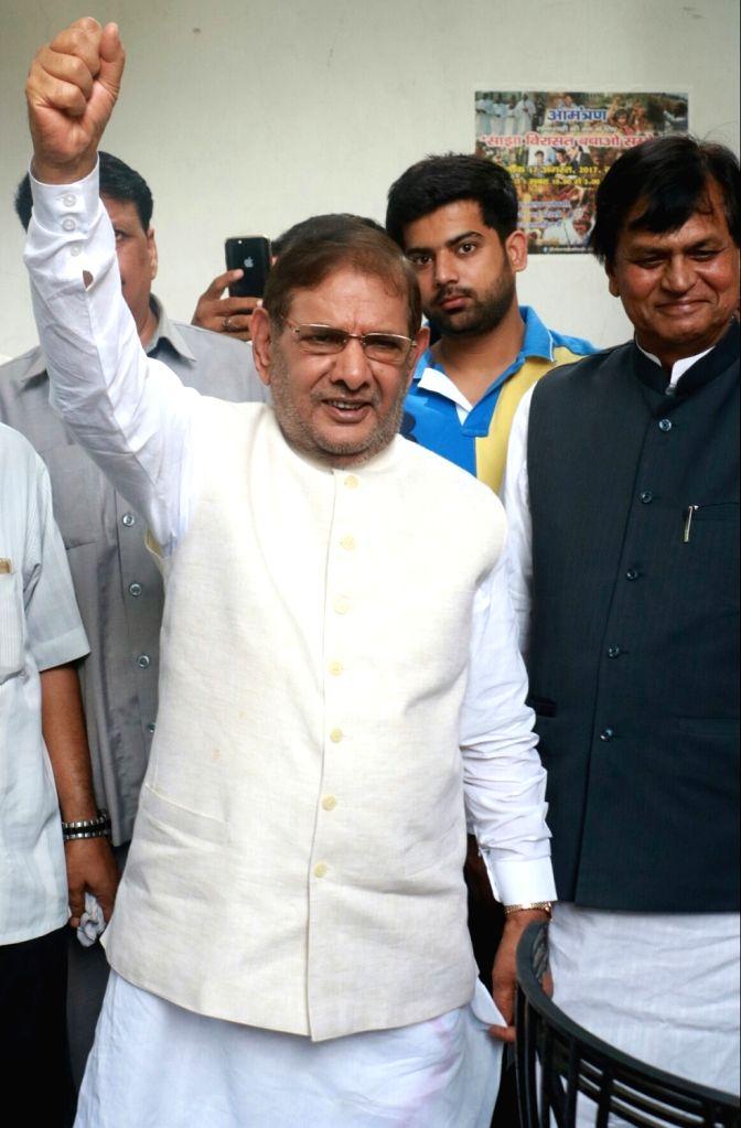 Former Janata Dal-United (JD-U) president Sharad Yadav during a press conference in New Delhi on Aug 16, 2017. Also seen Janata Dal-United rebel MP Ali Anwar Ansari. - Sharad Yadav