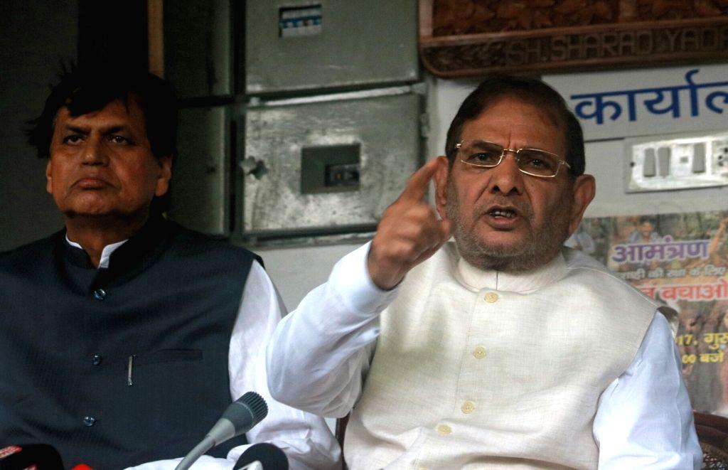 Former Janata Dal-United (JD-U) president Sharad Yadav addresses a press conference in New Delhi on Aug 16, 2017. Also seen Janata Dal-United rebel MP Ali Anwar Ansari. - Sharad Yadav