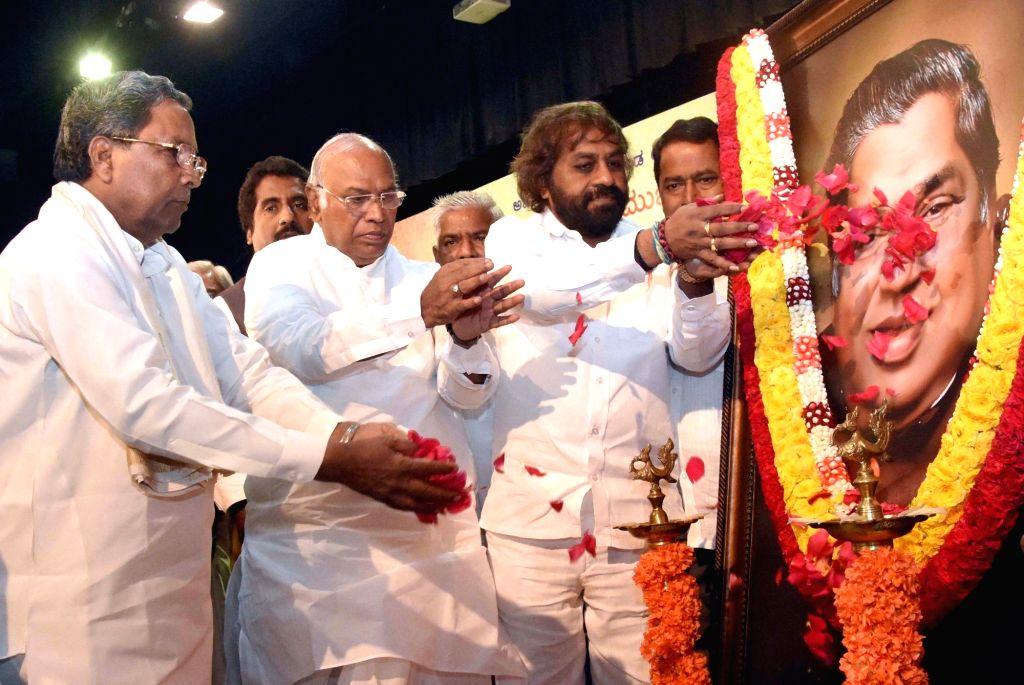 Former Karnataka Chief Minister Siddaramaiah along with MP Mallikarjuna Kharge, KPCC Working President Eshwar Khandre and others pays floral tribute to late former Karnataka Chief Minister ... - Siddaramaiah and N. Dharam Singh