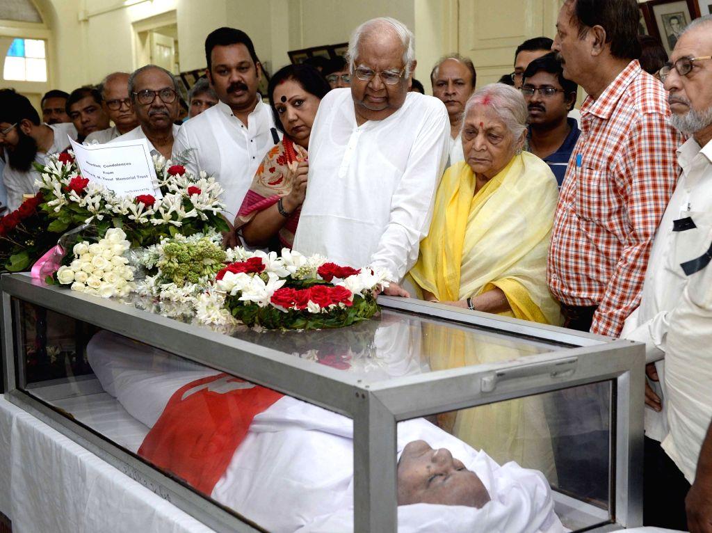Former Lok Sabha Speaker Somnath Chatterjee pays tribute to  former West Bengal Assembly speaker Hashim Abdul Halim who passed away on 2nd November; in Kolkata, on Nov 3, 2015.