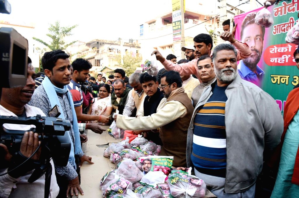 Former MP and Jan Adhikar Party (JAP) convener Pappu Yadav selling onions in front of Bihar Deputy Chief Minister Sushil Kumar Modi's residence in Patna on Dec 5, 2019. - Sushil Kumar Modi and Pappu Yadav