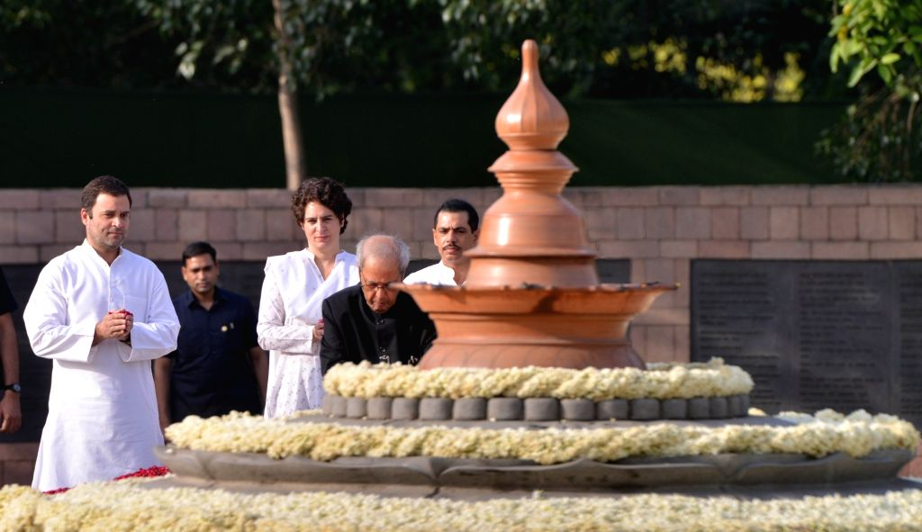 Former President Pranab Mukherjee pays homage to former Prime Minister Rajiv Gandhi on his 27th death anniversary at Vir Bhumi in New Delhi on May 21, 2018. - Rajiv Gandhi and Pranab Mukherjee