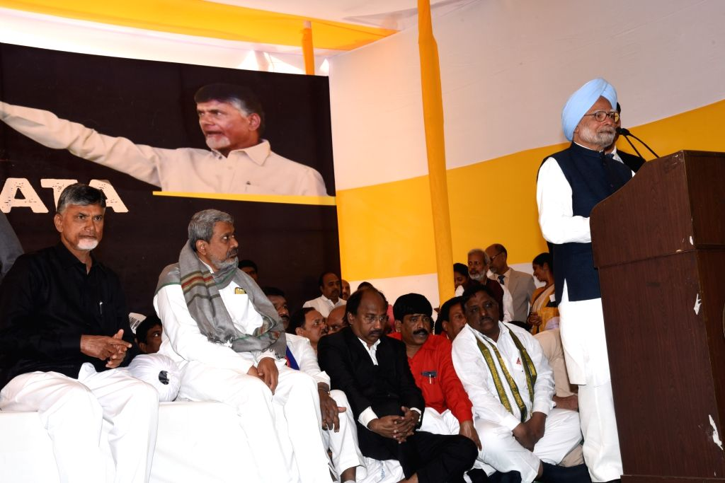 Former Prime Minister and Congress leader Manmohan Singh during addresses at Andhra Bhawan where Andhra Pradesh Chief Minister N. Chandrababu Naidu, began a 12-hour long fast demanding the ... - N. Chandrababu Naidu and Manmohan Singh
