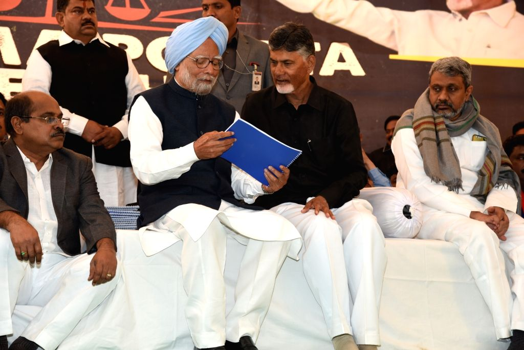Former Prime Minister and Congress leader Manmohan Singh with Andhra Pradesh Chief Minister N. Chandrababu Naidu, who began a 12-hour long fast demanding the Centre to accord special ... - N. Chandrababu Naidu and Manmohan Singh