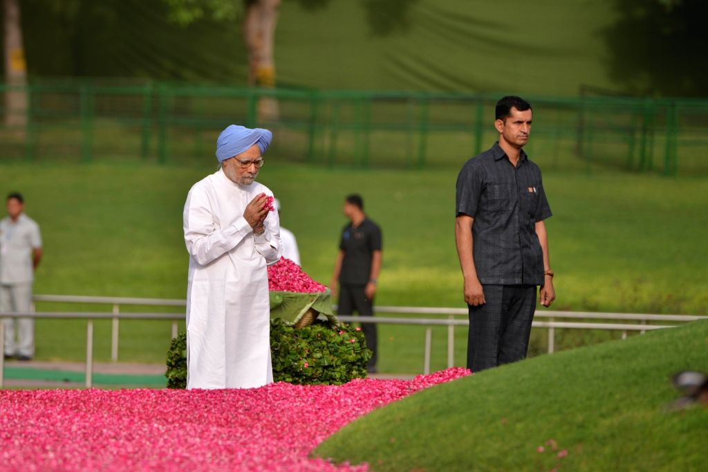 Former Prime Minister Dr. Manmohan Singh pays tribute to Former Prime Minister Jawaharlal Nehru on his death anniversary at Shanti Van in New Delhi, on May 27, 2018. - D and Manmohan Singh