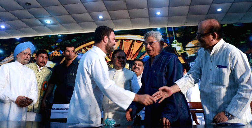 Former Prime Minister Manmohan Singh, CPI(M) general secretary Sitaram Yehchury, former JD(U) chief Sharad Yadav and Congress Vice President Rahul Gandhi during the Sanjhi Virasat Bachao ... - Manmohan Singh, Sharad Yadav and Rahul Gandhi