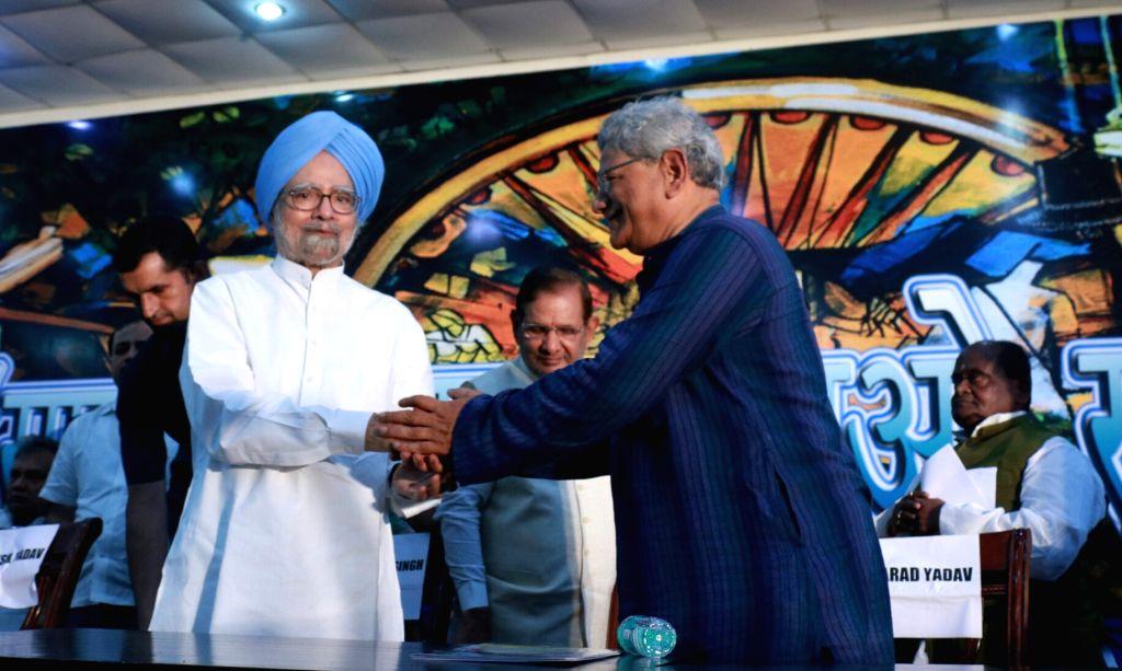 Former Prime Minister Manmohan Singh, CPI(M) general secretary Sitaram Yehchury and former JD(U) chief Sharad Yadav during the Sanjhi Virasat Bachao programme in New Delhi on Aug 17, 2017. - Manmohan Singh and Sharad Yadav