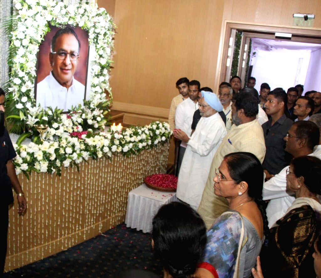Former Prime Minister Manmohan Singh pays tributes to former Union Minister S. Jaipal Reddy during a condolence prayer meet at Ambedkar International Centre in New Delhi on Sep 3, 2019. - Manmohan Singh and S. Jaipal Reddy
