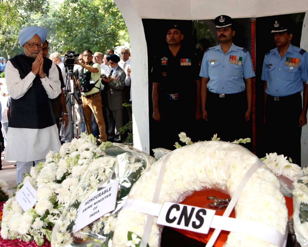Former Prime Minister Manmohan Singh pays homage to Marshal of the Indian Air Force (IAF) Arjan Singh at Brar Square crematorium in New Delhi on Sept 18, 2017. - Manmohan Singh and Arjan Singh